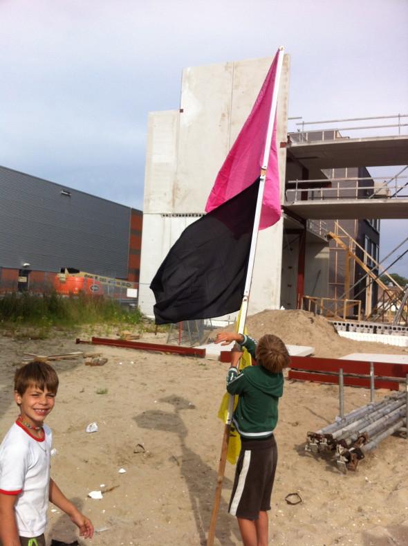 04 Tygho en Joey prepareren de vlag