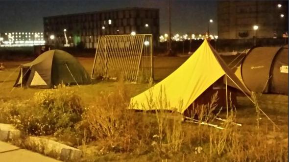 Tentjes in de rij voor een kavel in Amsterdam