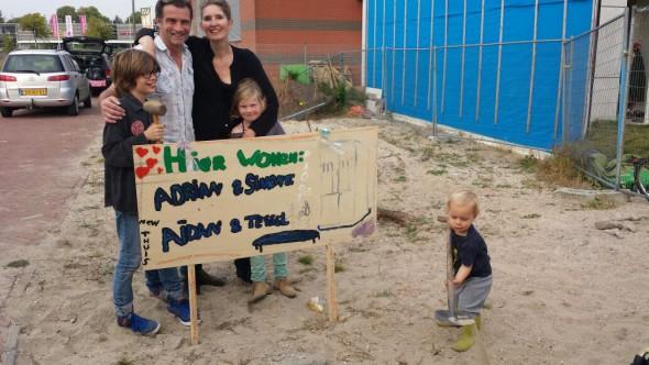 Simone (46) Adrian (44) Aidan (11) en Tessel (7) -rechtsonder scheppend: buurjongen Rem (2)-